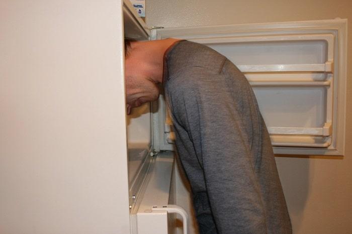241543903 Kafasını Buzdolabına Sokmuş İnsanlar